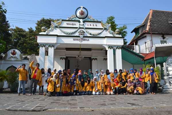 Foto bersama di depan Pintu Gerbang Regol Donopratopo. (foto: masnur)