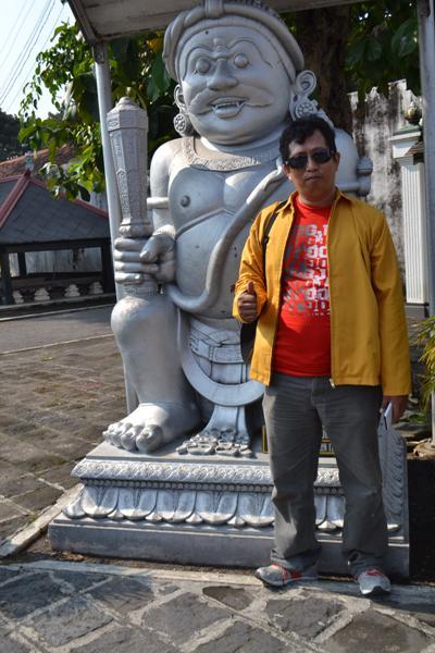 Penulis berfoto di depan Arca Dwarapala, Cinkorobolo (foto: jumriati)