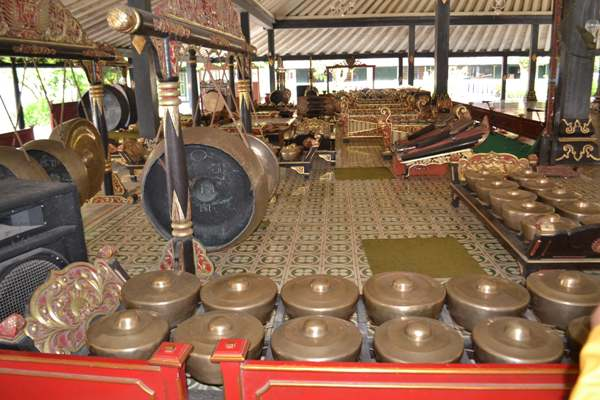 Perlengkapan gamelan dalam balairung istana (foto: mfaridwm)
