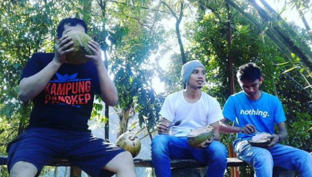 Menikmati kesegaran air kelapa muda di Raja'a, Buknea, Bulu Tellue (foto: bagas)
