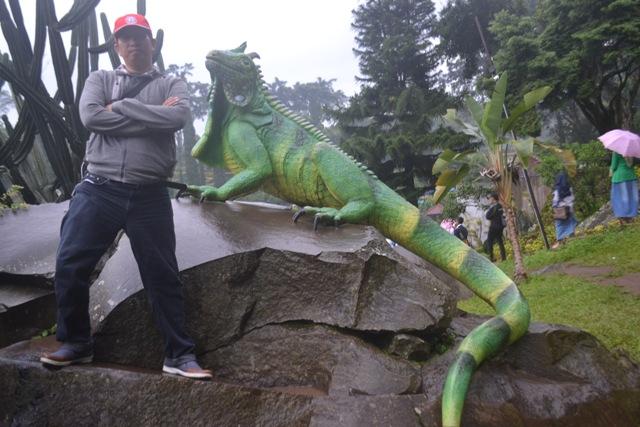 Penulis foto bersama 'Iguana' dalam Taman Bunga Selecta. (foto: harceman)