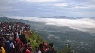 Ribuan pengunjung Lolai berdesakan menikmati keindahan awan. (foto: mfaridwm)