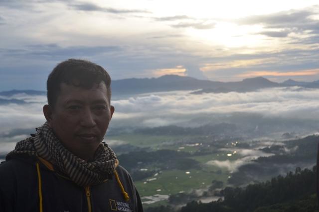 Penulis di Lolai, menikmati pesona awan di pagi hari. (foto: ist/mubarikah)