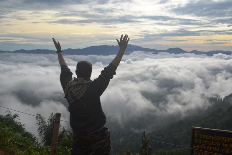 Penulis di Lolai, menikmati eksotisme negeri diatas awan. (foto: ist/ruslan_ali)