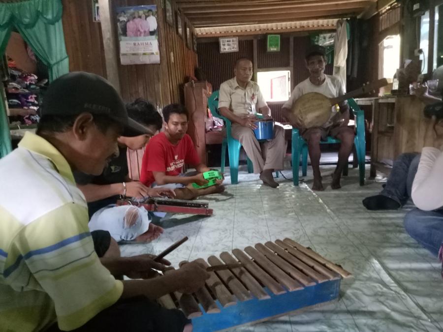 Harmonisasi yang apik dari musik Tennong-tennong, Mandoling, dan Gambus yang dimainkan oleh Daeng Diri' bersama murid-muridnya. (foto: mfaridwm)