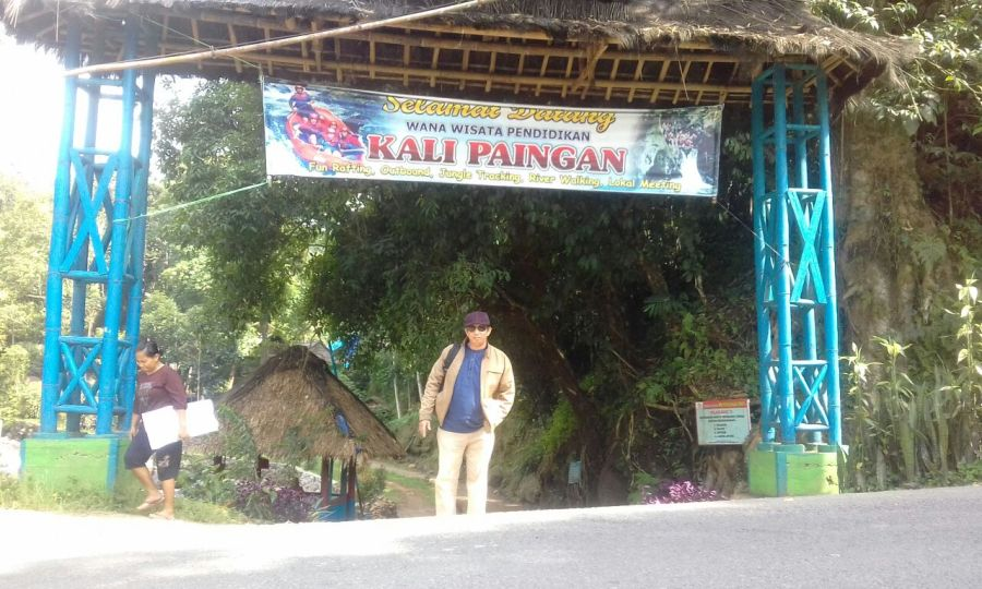 Penulis di Pintu gerbang wana wisata Kali Paingan. (foto: ist/dok.sti)