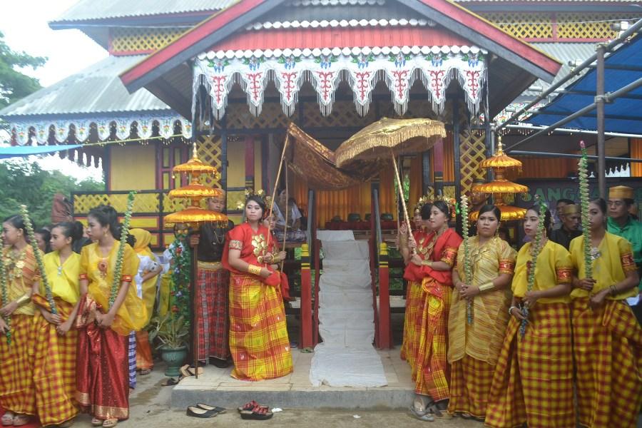 "Sanggar Seni ""Budaya Turiolo"" Biringere saat upacara adat menre baruga. (foto: mfaridwm)"