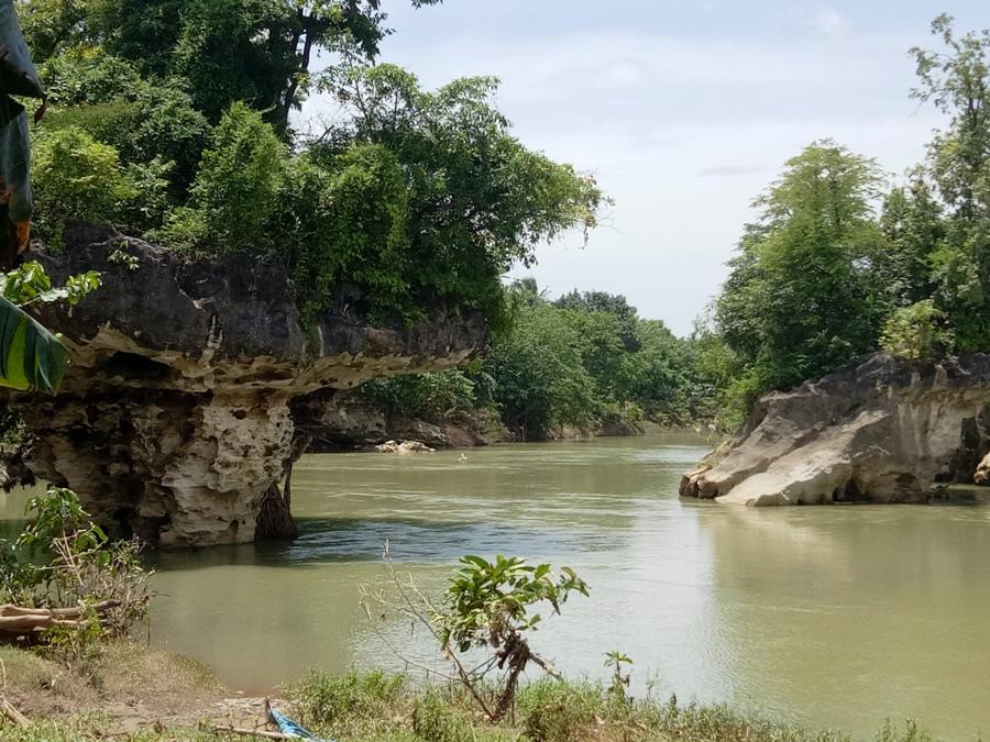 Batu Labboro (Batu Berbentuk Payung) di Sungai Biringere. (foto: mfaridwm)