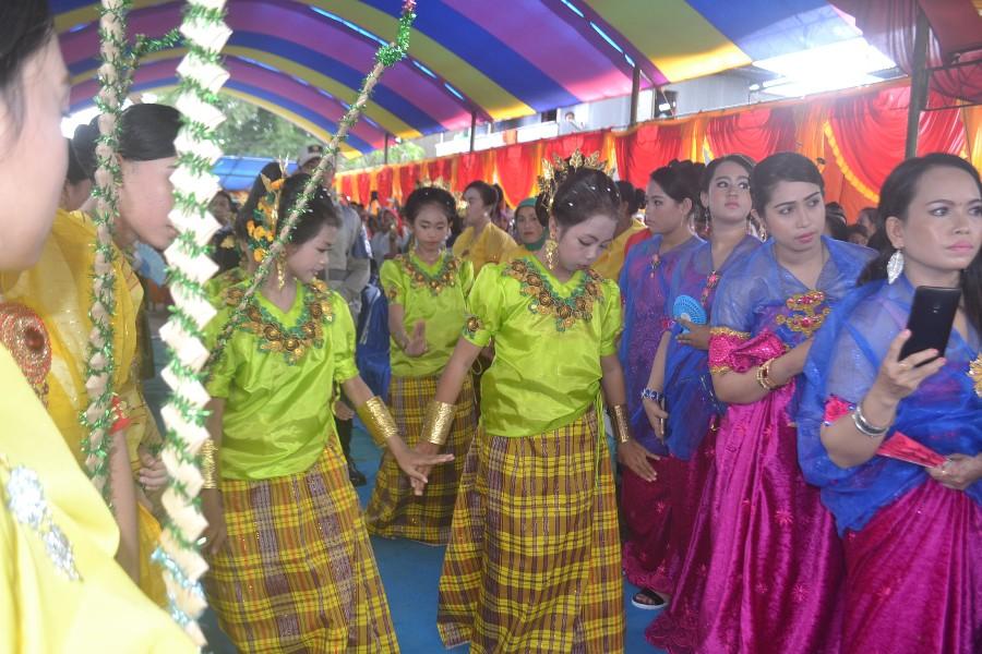 Baju Bodo dalam berbagai corak dan fungsinya, sesuai dengan tingkatan usia perempuan yang memakainya. (foto: mfaridwm)