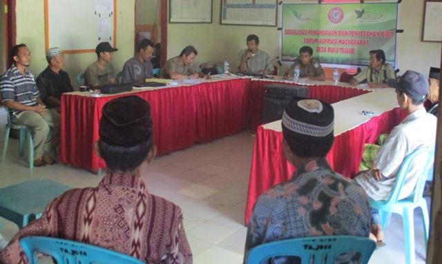 Penulis bersama Kepala Desa Bulu Tellue, M. Husni (foto: haspar)