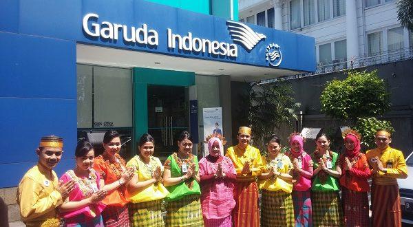 Karyawati Garuda Indonesia Makassar memakai Baju Bodo dalam suatu acara. (foto: makassarterkini/ist)