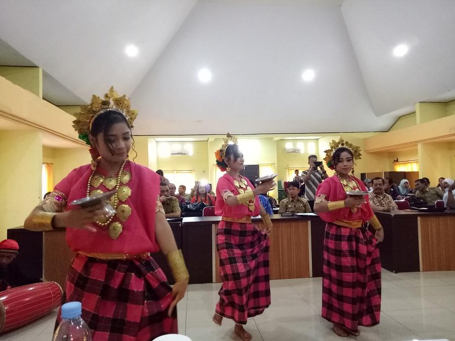 """Remaja Putri menampilkan """"Tari Paduppa"""" dalam Baju Bodo yang cantik dan menawan. (foto: mfaridwm/palontaraq)"""