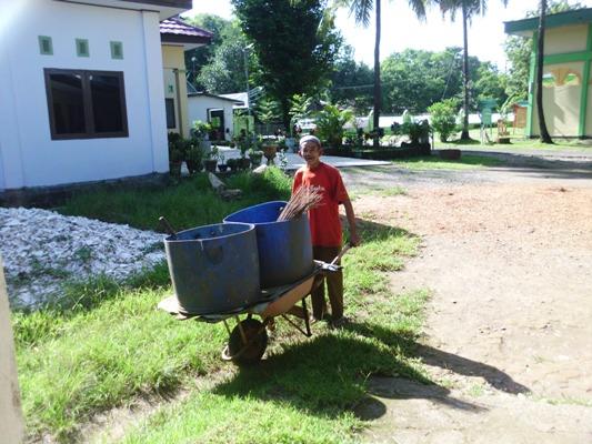 Nene' Ciong semasa hidupnya mengabdikan dirinya bekerja sebagai petugas kebersihan di salah satu pesantren di Minasatene Pangkep. (foto: mfaridwm)