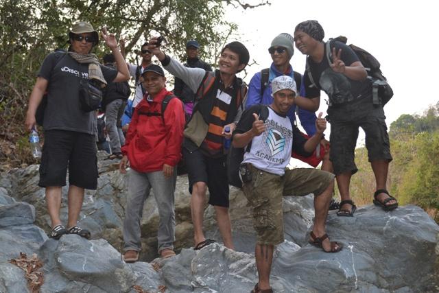 Penulis bersama para penikmat wisata pegunungan. (foto: bagas/ist)