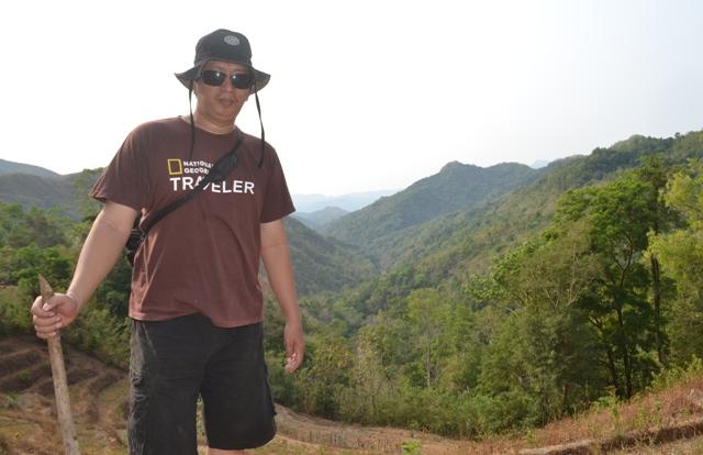 Penulis pada salah satu sisi pegunungan Bulu Tellue, Tondong Tallasa,Pangkep. (foto: bagas/ist)