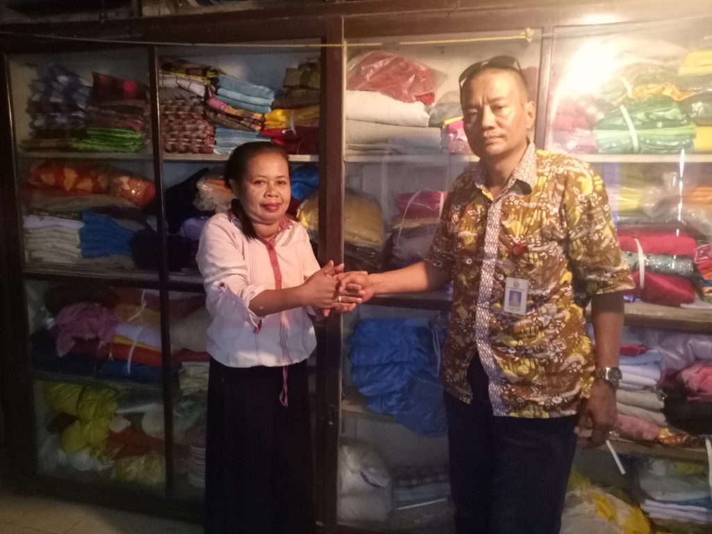 Penyerahan Bantuan Penguatan Kelompok Usaha Tata Rias Pengantin dari Kaur Implementasi Program CSR Andi Baso Amir kepada Puang Mene, penerima manfaat. (foto: mfaridwm)