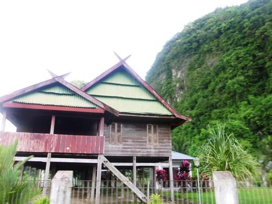 Rumah Adat Bugis Makassar dekat pegunungan. (foto: ettaadil)
