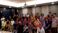 Menkominfo RI Rudiantara ditengah pegiat sosial media dan komunitas TIK di Makassar (foto: ist_palontaraq)