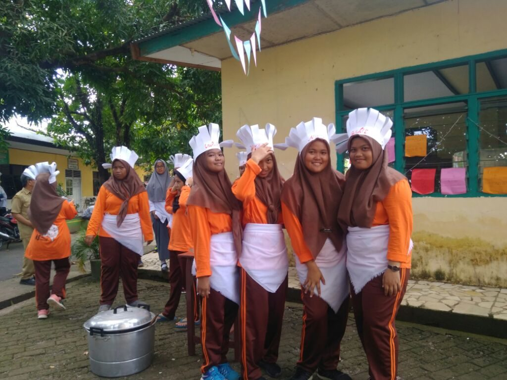 Para Siswi/Santri Penyaji Kuliner Khas Barobbo di sekolahnya. (foto: mfaridwm)