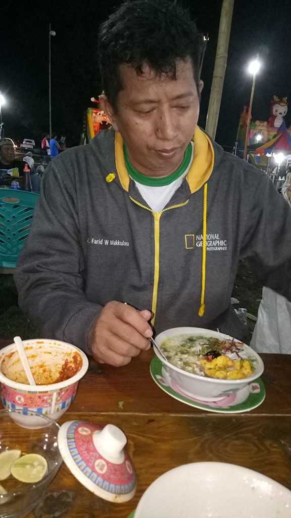 Penulis - Menikmati Barobbo di Pasar Malam Minasatene. (foto: hasbi/palontaraq)