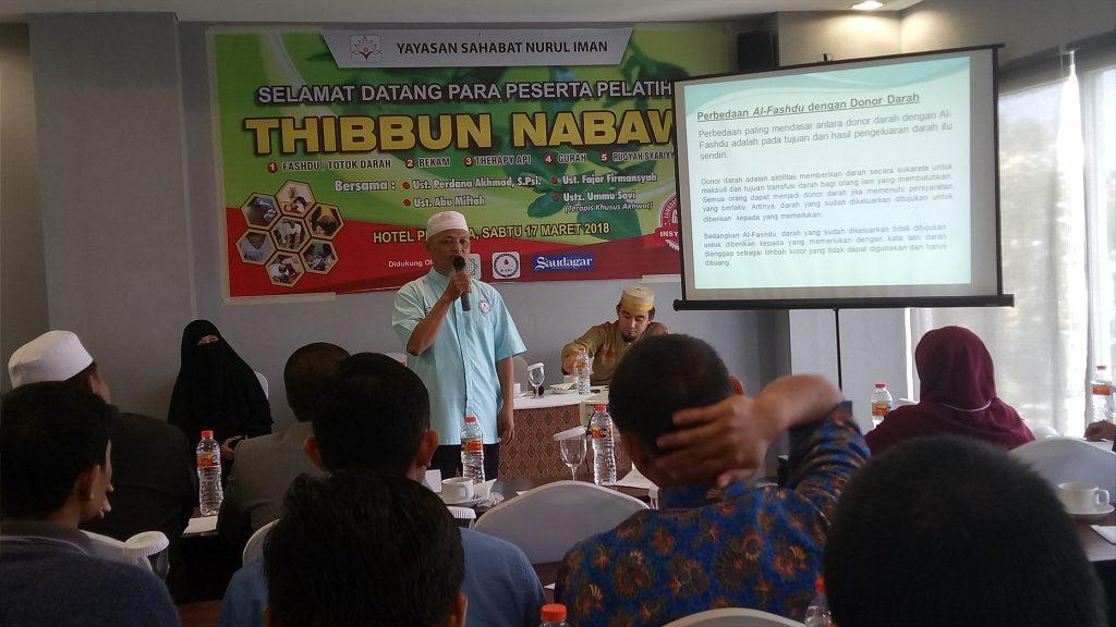 Ustadz Abu Miftah, salah satu master fashdu dalam suatu Pelatihan Thibbun Nabawi di Makassar. (foto: mfaridwm)