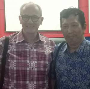 Penulis bersama Dr. Roger G. Tol. (foto: ist)