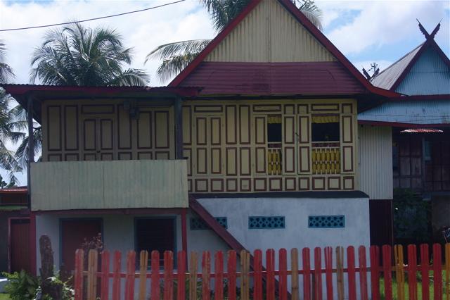 Salah satu model rumah adat Bugis di Pangkep. (foto: ettaadil)