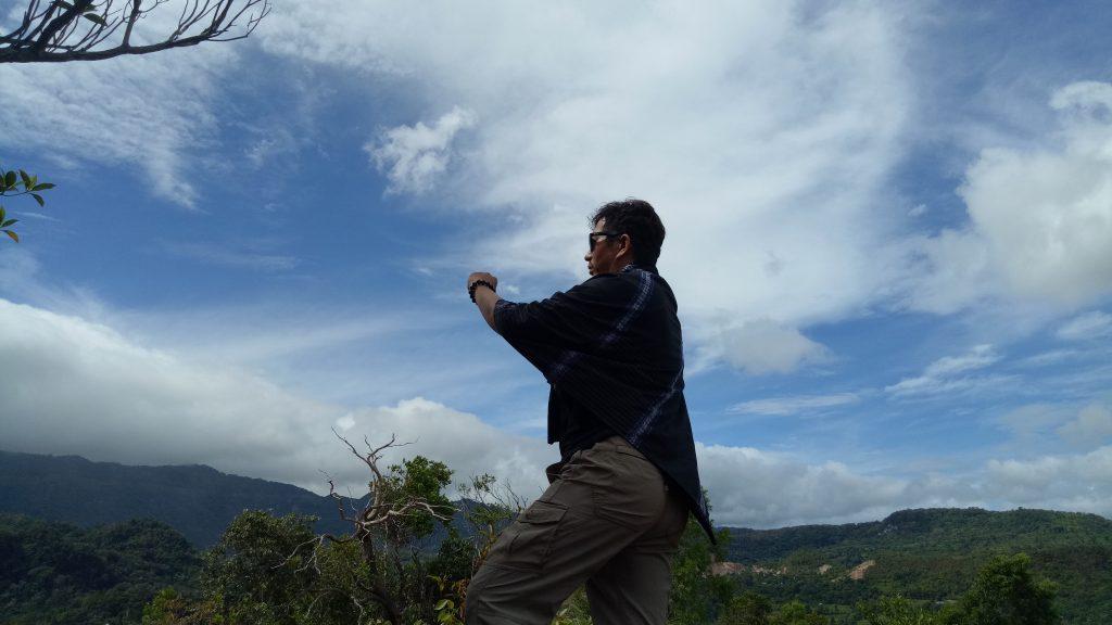 Penulis di puncak Batu Taddinding, Desa Tondongkura. (foto: hasbihtc/palontaraq)