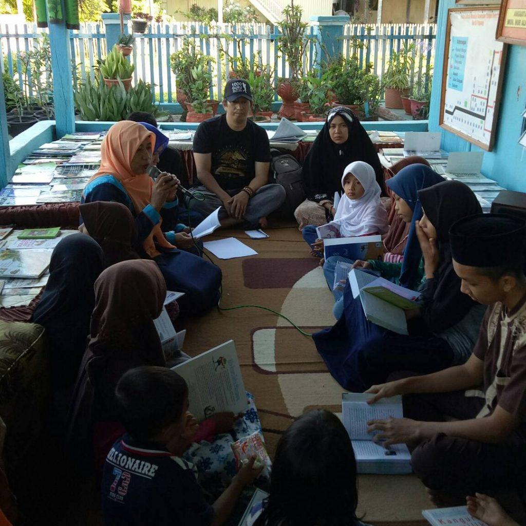 Mengajar anak-anak menulis adalah ngabuburit yang mengasyikkan. (foto: ist/palontaraq)