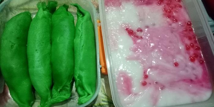 Tinggal disatukan, lalu ditambahkan sirup merah dan es batu, jadilah es pisang ijo yang nikmat dan menyegarkan. (foto: mfaridwm/palontaraq)