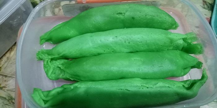Pisang Raja yang sudah dibungkus adonan hijau. (foto: mfaridwm/palontaraq)