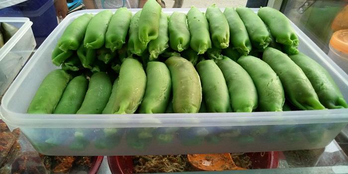 Bahan Es Pisang Hijau banyak dijual di pasaran jelang waktu buka puasa. (foto: mfaridwm/palontaraq)