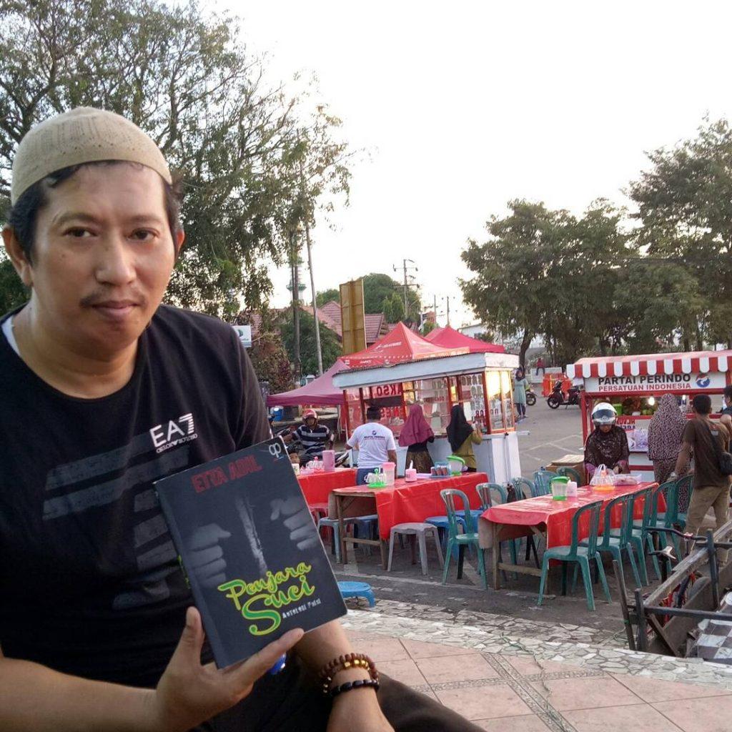 Jelang Buka Puasa, baca Puisi di tempat umum (foto: hasbihtc/palontaraq)