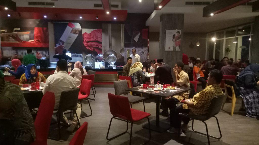 Budaya makan di hotel mengikuti gaya penyajian makanan ala Erofah. (foto: mfaridwm/palontaraq)