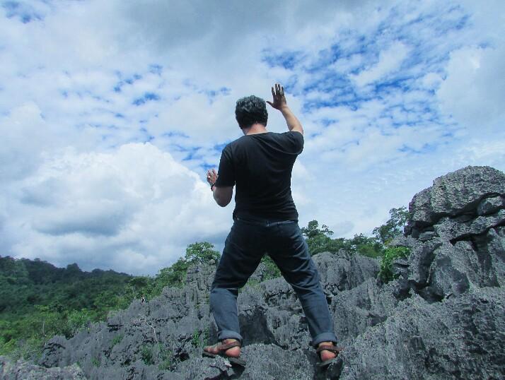 Membaca Puisi - Pada puncak Taman Batu Karst dianjurkan untuk memakai sendal gunung, karena pucuk-pucuk batunya agak runcing. (foto: hasbihtc/palontaraq)