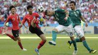 emain Korea Selatan, Son Heung-min (2kiri) mencoba menghalau bola dari sundulan pemain Jerman, Niklas Suele pada laga grup F Piala Dunia 2018 di Kazan Arena, Kazan, Rusia, (27/6/2018). Korea menang atas Jerman 2-0. (AP/Lee Jin-man)