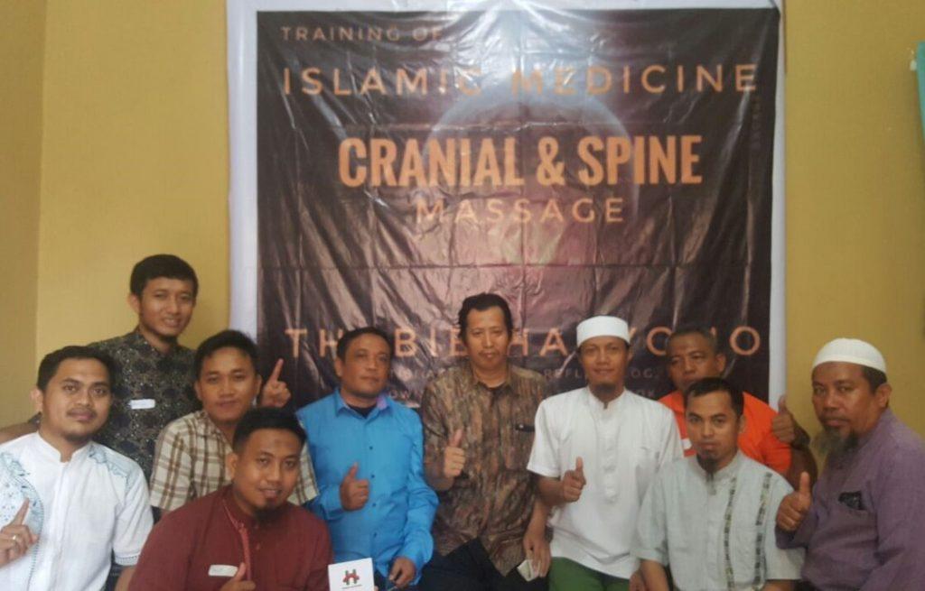 "Para Terapis ""Islamic Medicine"" bersama Tabib Haryono, saat Pelatihan Pijat Otak Kranial, Cranial and Spine Massage, di Makassar. (foto: ist/Palontaraq)"