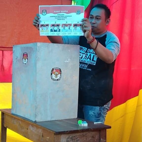 Salah seorang pemilih menunjukkan surat suara Pemilukada Sulsel, 27 Juni di Biringere. (foto: alam/palontaraq)