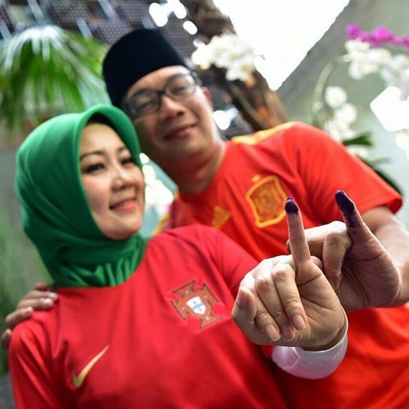 Ridwan Kamil bersama istri saat di TPS. (foto: IG Palontaraq)