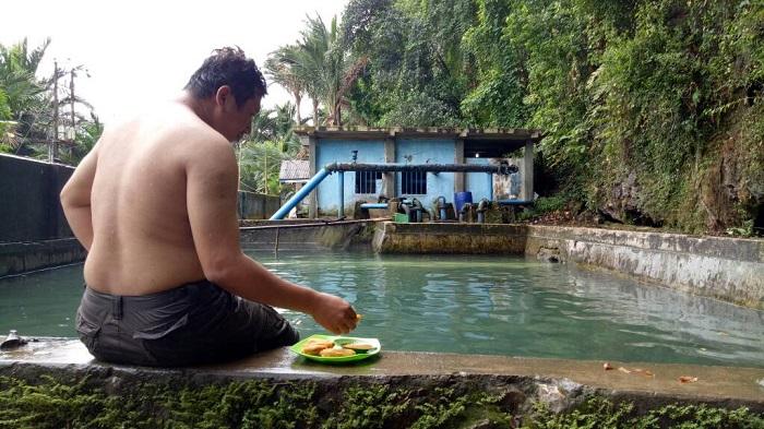 Bersantai di Kolam air Leang Kassi. (foto: ist/palontaraq)