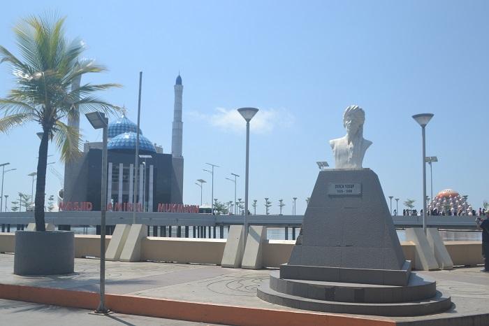 Masjid Amirul Mukminin dan Patung Syekh Yusuf al-Maqassary di Anjungan Pantai Losari, Kota Makassar. (foto: mfaridwm/palontaraq)