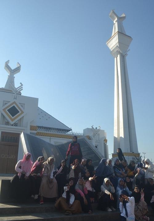 Masjid Agung Syekh Yusuf di Gowa, Sulsel menjadi salah satu destinasi wisata sejarah/religi para pelajar/santri. (foto: mfaridwm/palontaraq)