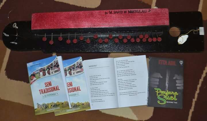 """Buku """"Seni Tradisional di Pangkep"""" dan Mandoling, salah satu alat musik tradisi khas Pangkep. (foto: mfaridwm/palontaraq)"""