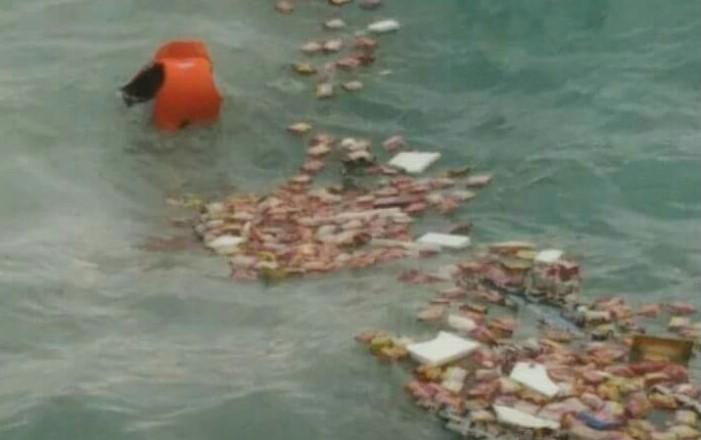 Uang ASN Selayar yang diduga berasal dari Mobil BPD terapung-apung di laut. (foto: ist/fb)
