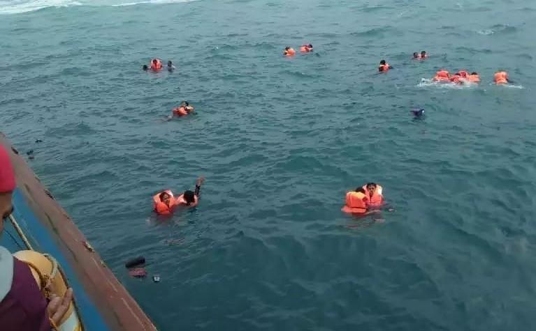 Beberapa penumpang yang telah memakai pelampung sesaat sebelum dievakuasi. (foto: ist/fb)