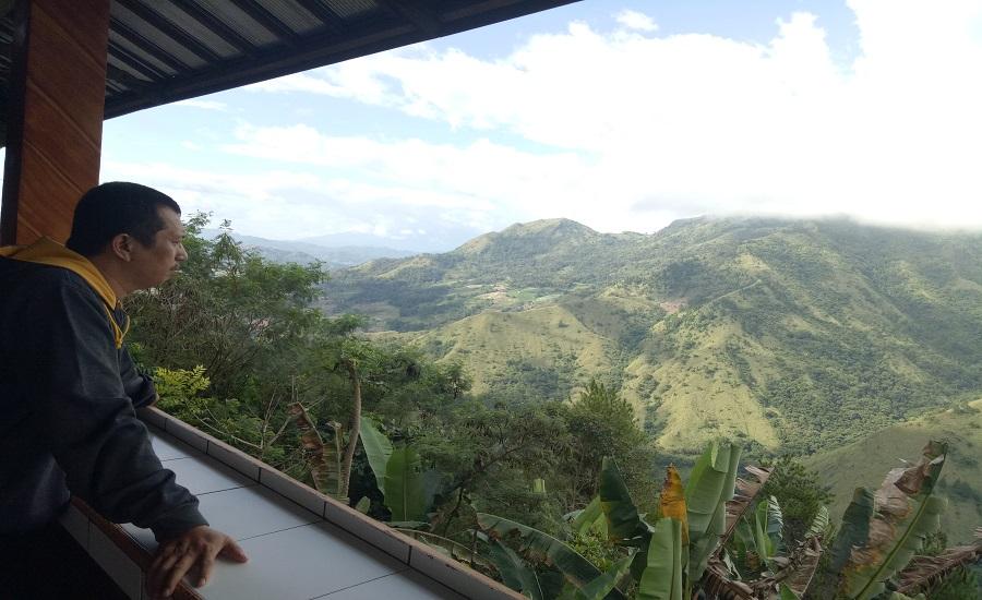 Pemandangan Gunung Nona secara keseluruhannya juga dapat dinikmati di RM. Bungker Jepang, Anggeraja. (foto: bahtiar/palontaraq)