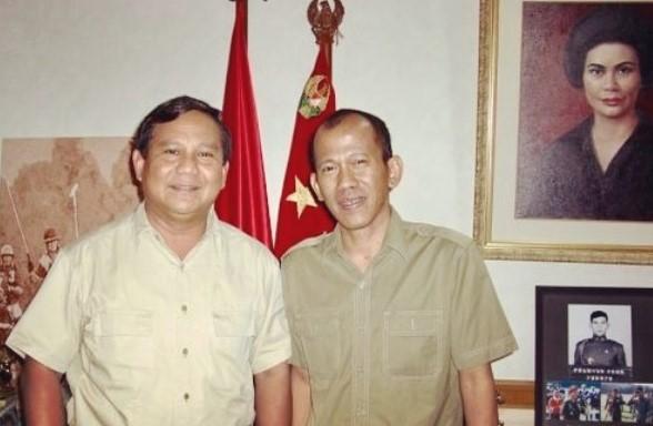 Prabowo Subianto bersama Pius Lustrilanang, Aktivis '98. Foto ini unik karena difoto ini ada seorang korban penculikan yang menjadi ketua relawan pembela Prabowo Subianto, orang yang oleh lawan politiknya diisukan sebagai dalang pelaku penculikan.(foto: IG suryoprabowo)