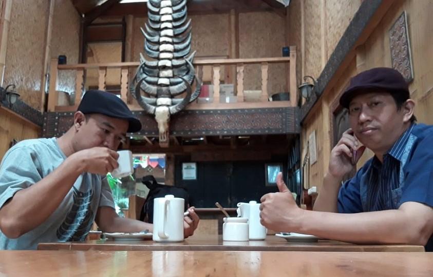 Menikmati Kopi Arabica Toraja di Cafe Aras, Rantepao, Toraja Utara. (foto: ist/palontaraq)