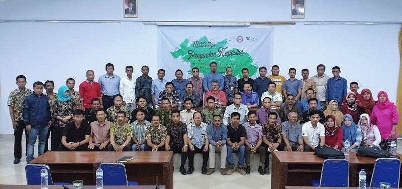 Para Peserta Workshop Penguatan Kapasitas Tim CSR berfoto bersama dengan Direktur Keuangan PT. Semen Tonasa, Bambang Eko Prasetyo. (foto: haniah/palontaraq)