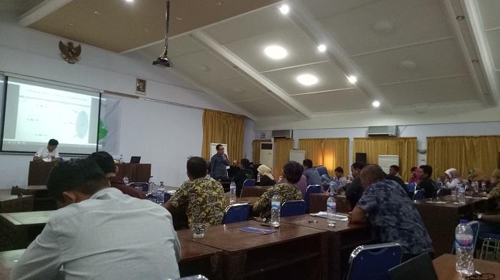 """Para peserta workshop serius mengikuti Materi """"Peningkatan Kapasitas Fasilitator Komunitas"""" oleh Mohammad Hatta, ST.M.Pd. (foto: mfaridwm/palontaraq)"""